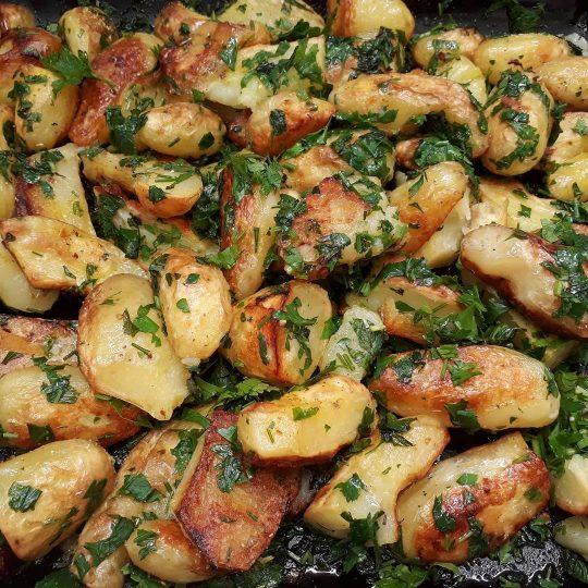 Domač krompir s petršiljem