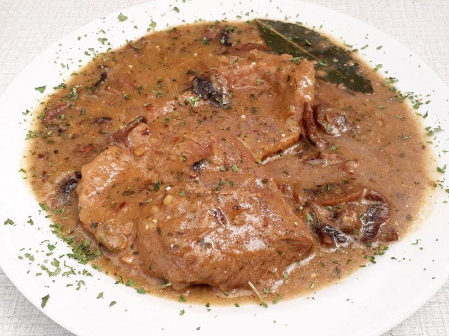 Goveji zrezki v čebulni omaki