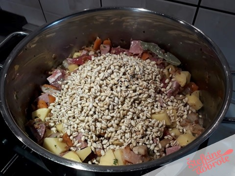 2.Dodamo krompir korenje meso in kašo..