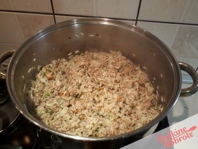 3. Prazeno mleto meso in riz znesamo in ohladimo in napolnimo paprike