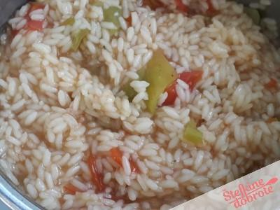 3. Skuhamo riž in dodamo 5 velikih žlic džuveča..