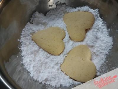 10 pecene povaljamo sladkor v prahu